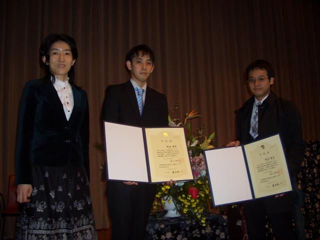 2009年度大学院修了式後、壇上で記念撮影