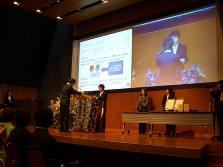 受賞者の研究内容を説明するスライドを写し出す各賞授与