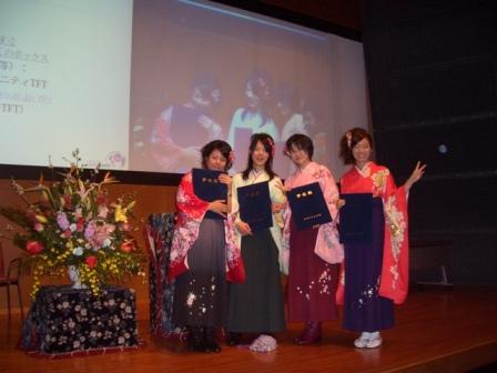 卒業生の記念撮影